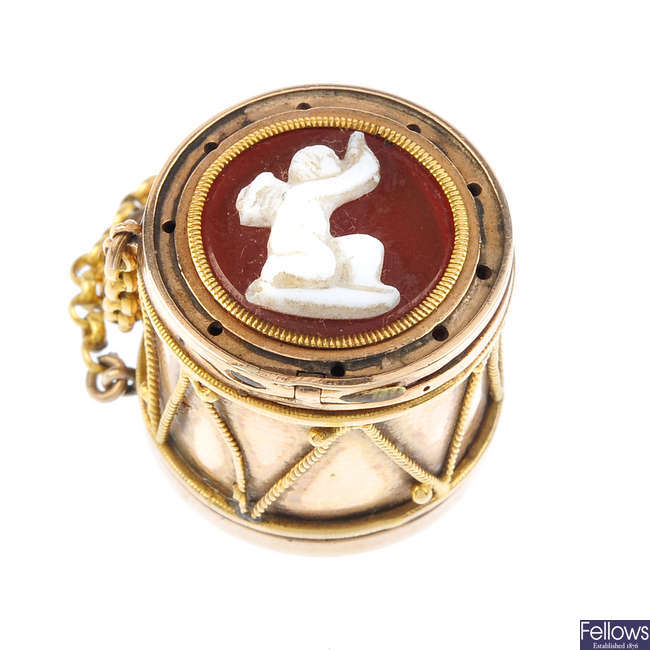 A late Georgian gold hardstone cameo novelty drum charm.