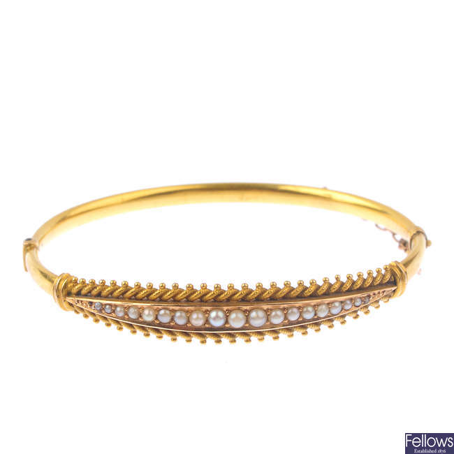 A late Victorian 15ct gold split pearl hinged bangle.