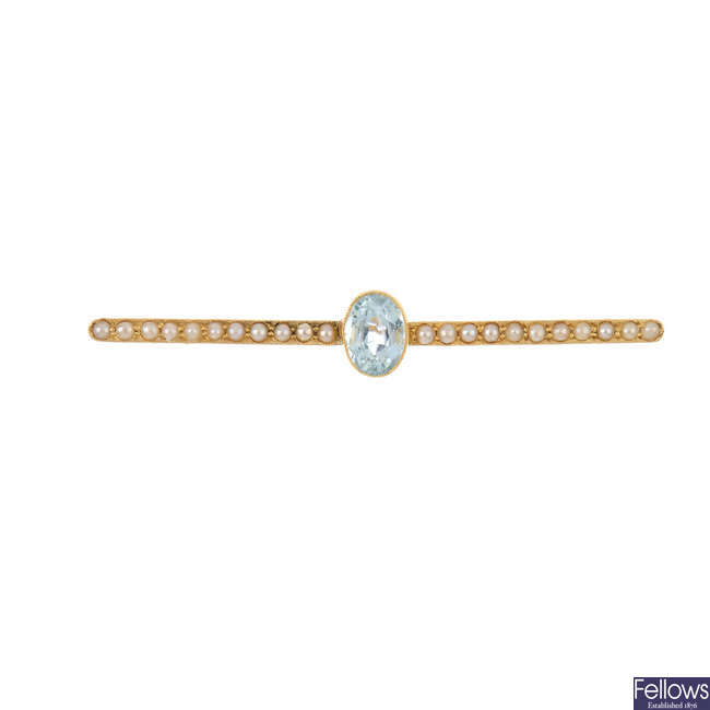 An early 20th  gold aquamarine and split pearl bar brooch.