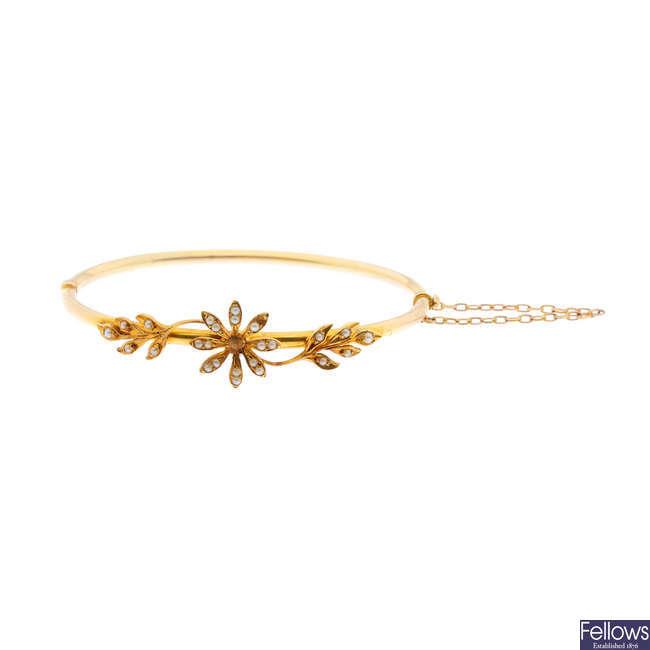 An Edwardian gold split pearl hinged bangle.