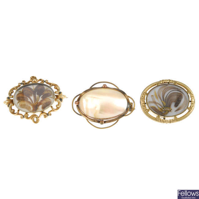 A Victorian longuard chain and four brooches.