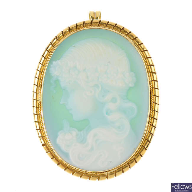 A dyed chalcedony cameo brooch.