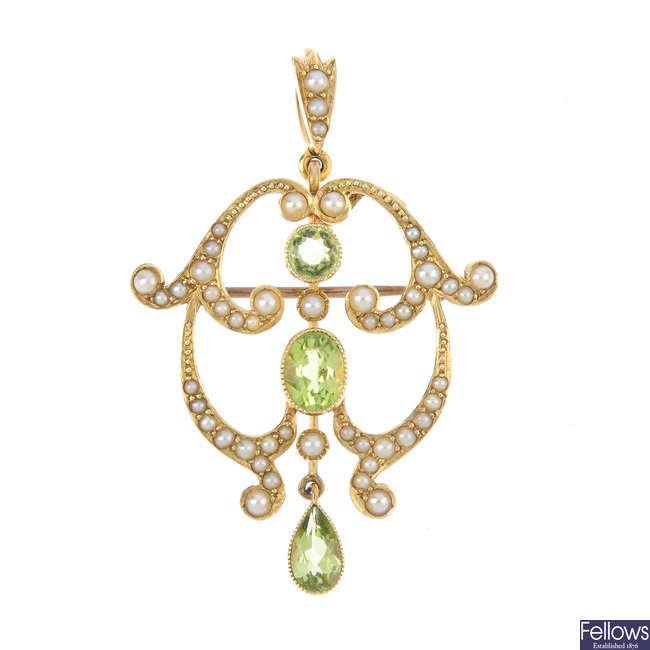 An Edwardian 15ct gold peridot and split pearl pendant.