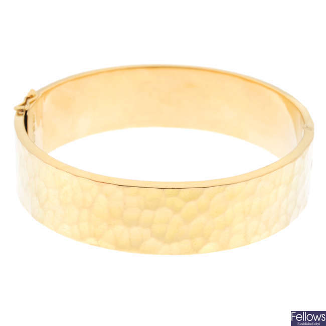 An 18ct gold hinged bangle.