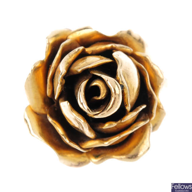 A 9ct gold floral dress ring.