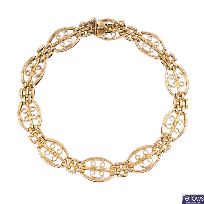 An early 20th century 15ct gold bracelet.