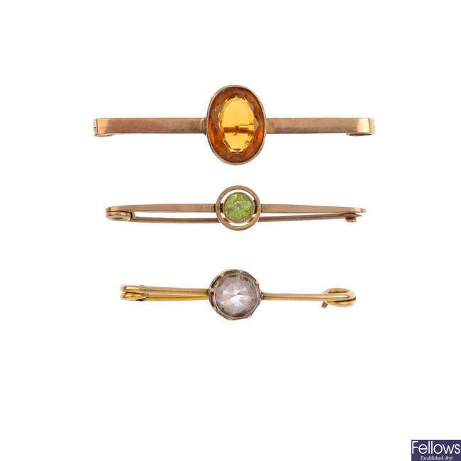Three early 20th century 9ct gold gem-set single stone bar brooches.