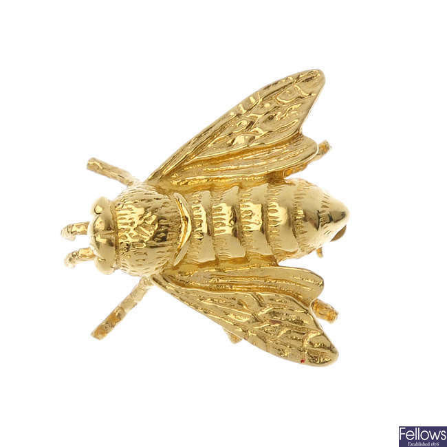 An 18ct gold bee brooch.