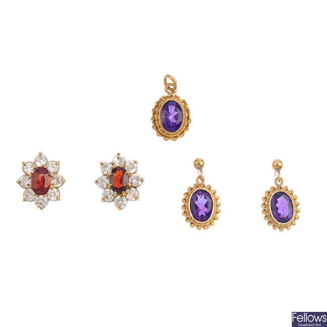 Two pairs of 9ct gold earrings and a pendant.