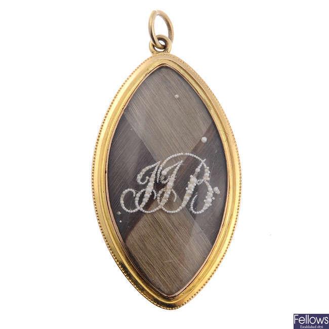 A late Georgian gold and split pearl hair memorial pendant.