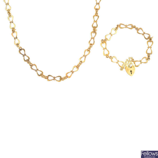 A set of 9ct gold jewellery.