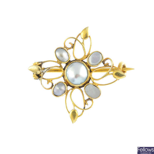 An early 20th century mother-of-pearl brooch.