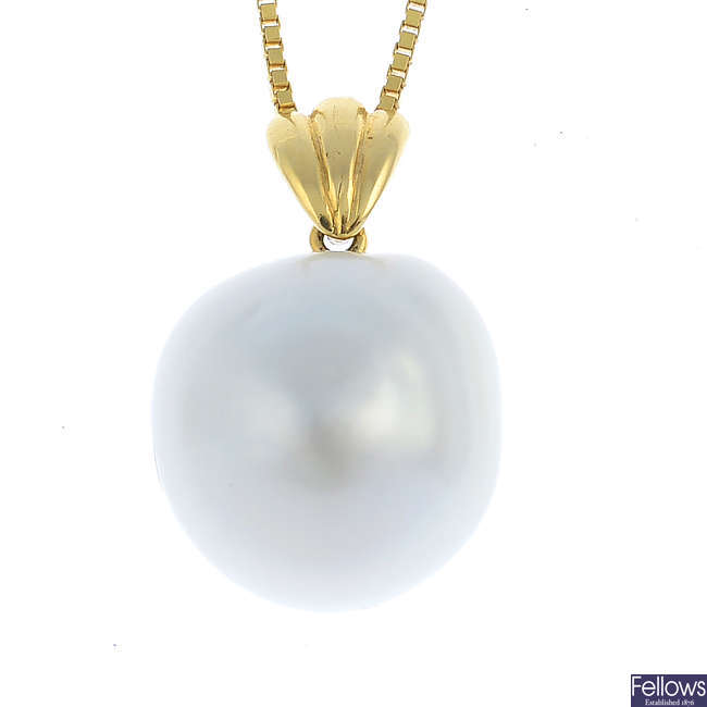 A cultured pearl pendant, with chain.