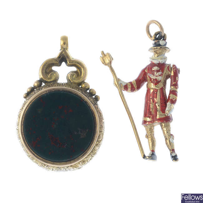 A late Victorian 15ct gold hardstone fob, and 9ct gold Yeoman charm.