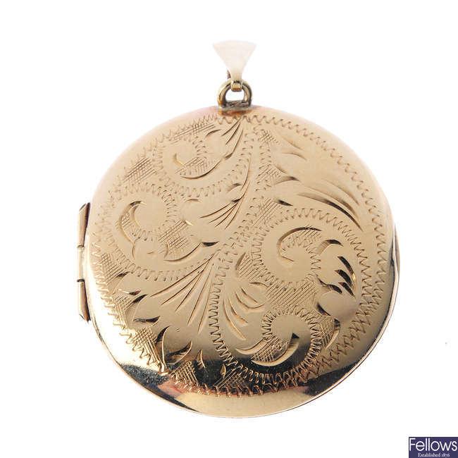 A 1930s 9ct gold locket.