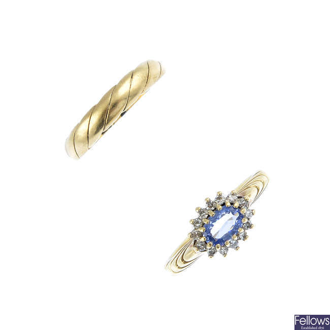 A sapphire and diamond cluster ring, a 9ct gold band ring and a pair of cultured pearl earrings.