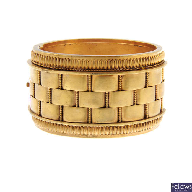 A late Victorian hinged bangle.