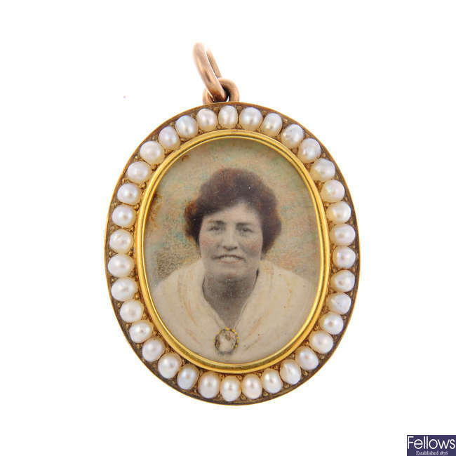 An early 20th century split pearl photograph pendant.