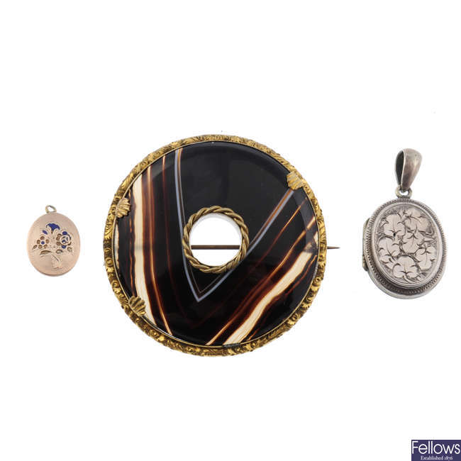 A selection of late 19th to early 20th century jewellery.