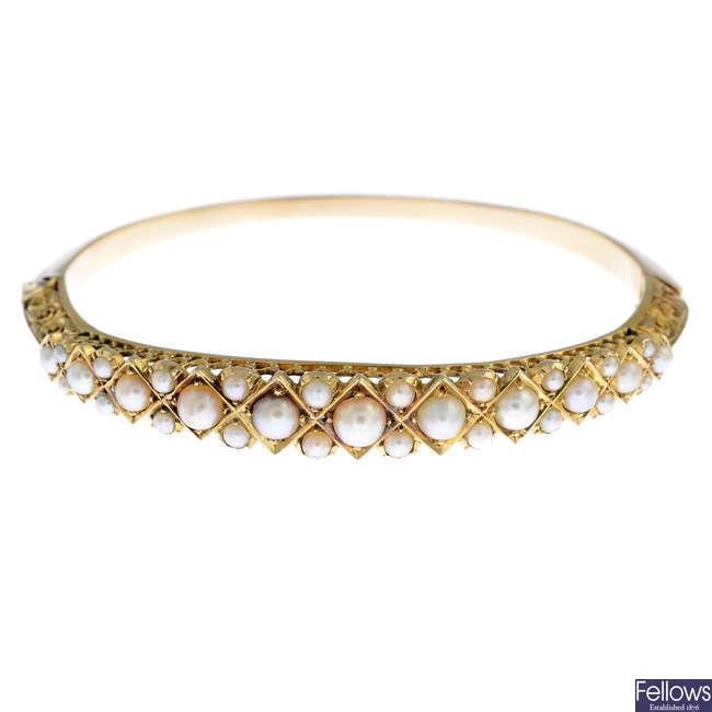 A split pearl hinged bangle.