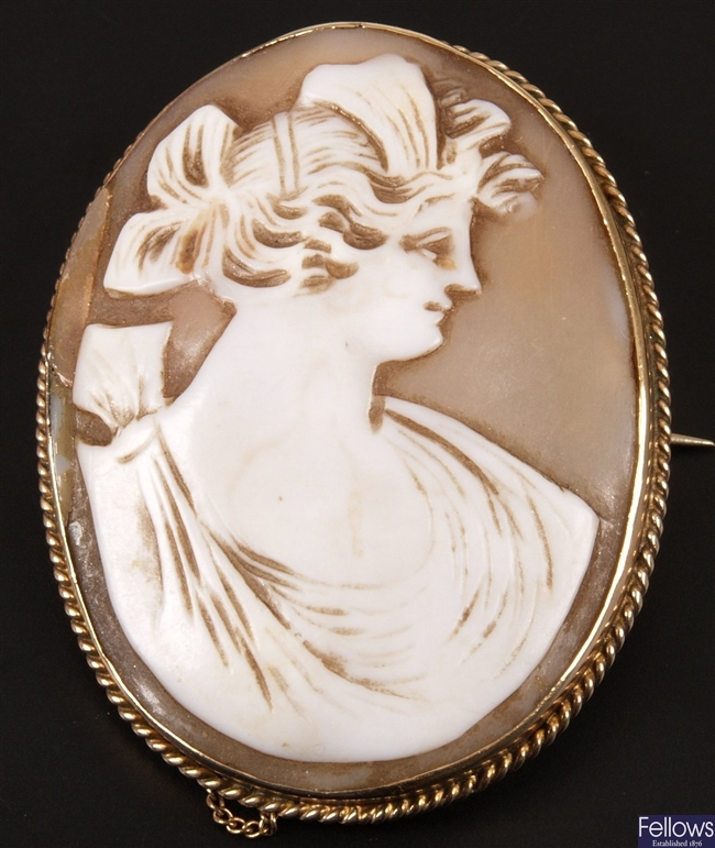 9ct gold oval shell cameo brooch depicting a