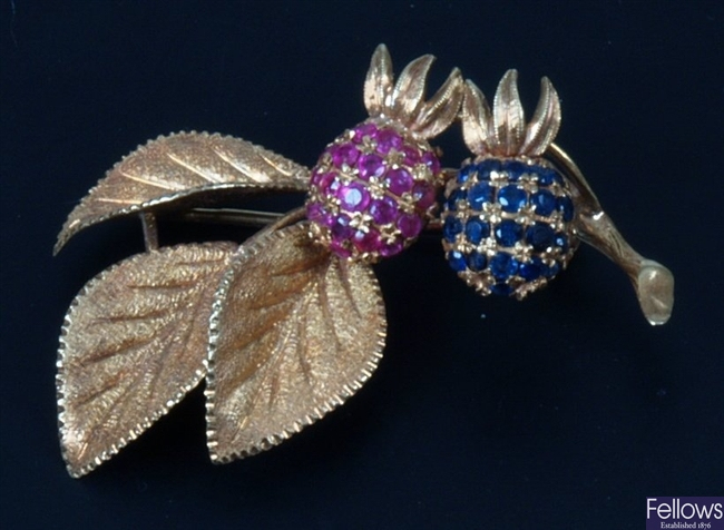 18ct rose leaf and hip brooch - the hips set with