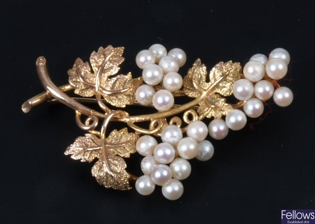 9ct grape and leaf brooch set with clusters of