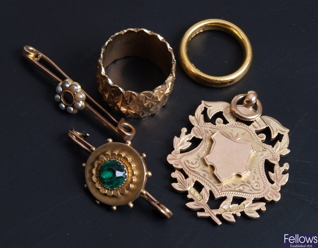 A pie lot of mainly gold jewellery to include