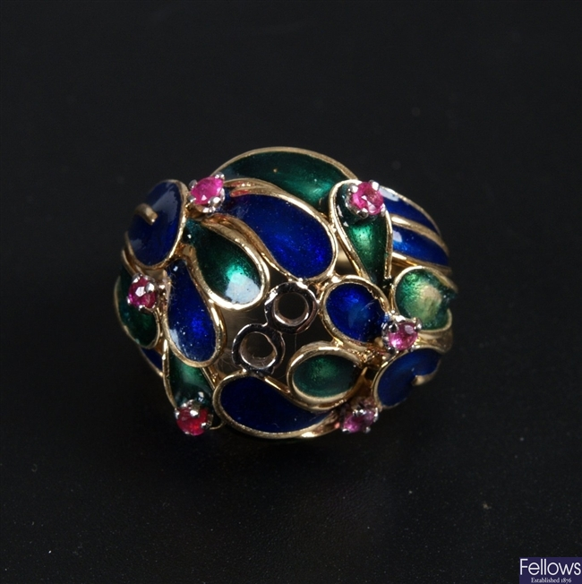 18k gold fancy bombe style ring, set overlapping
