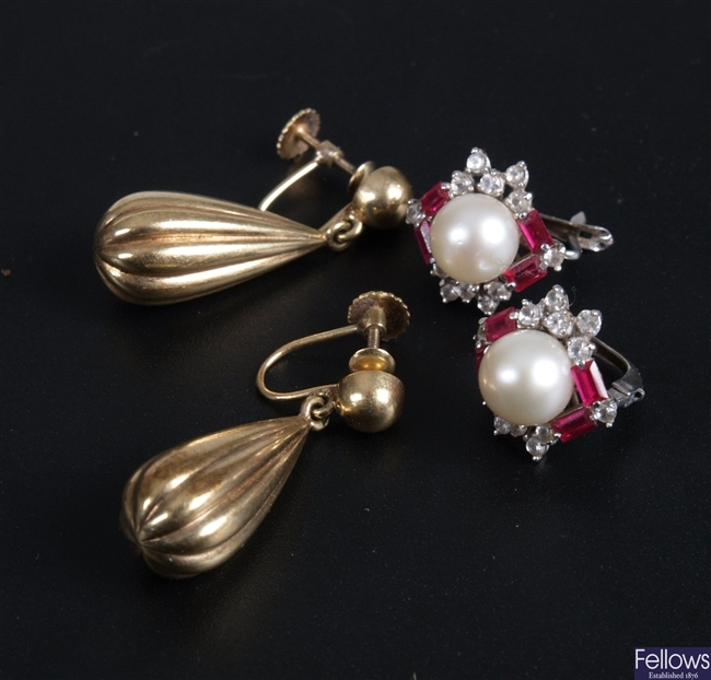 Pair of pear shaped and ribbed drop earrings with