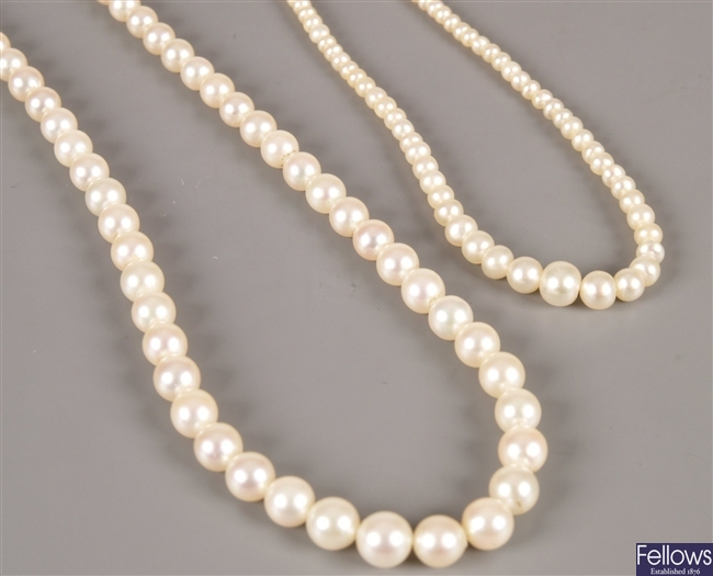 A graduated cultured pearl necklace (from 3mm to