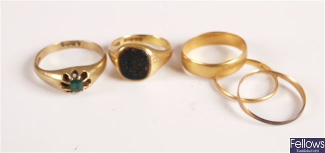 Five rings to include a gentleman's Edwardian
