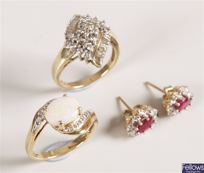 Three 9ct gold items of jewellery to include an