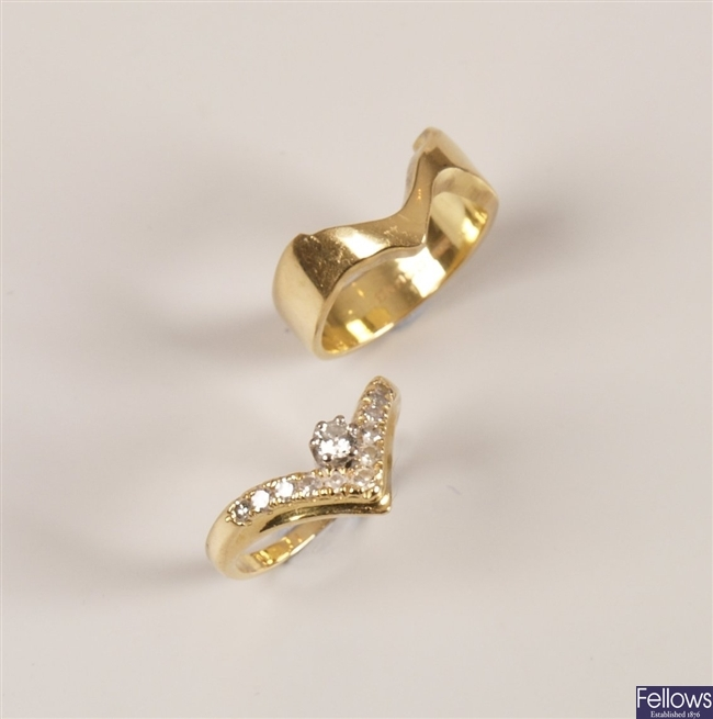 Two 18ct gold rings to include a round brilliant
