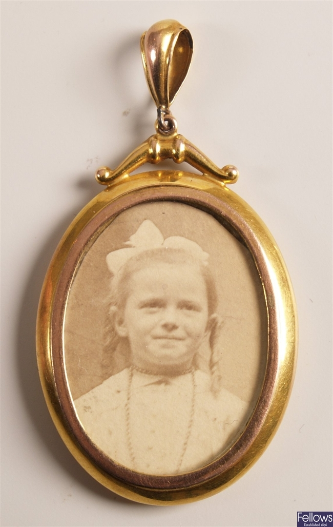 Edwardian 9ct gold oval double sided photograph