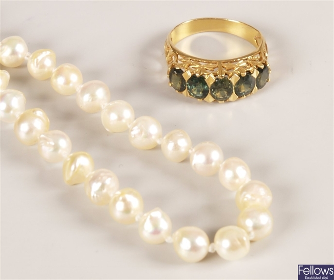 Two items of jewellery to include a single row of