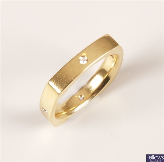 18ct gold angular shaped band ring, with a single