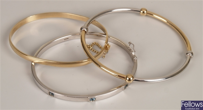 A 9ct two toned gold ladies bangle, alternating