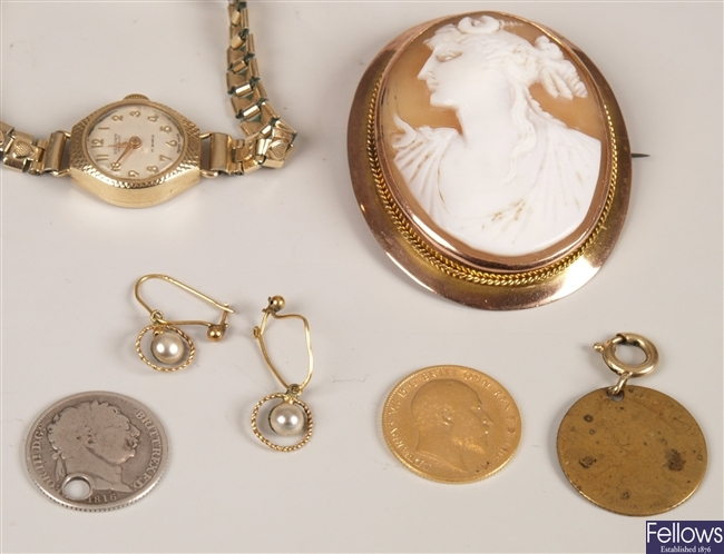 A small collection of items, to include a 9ct