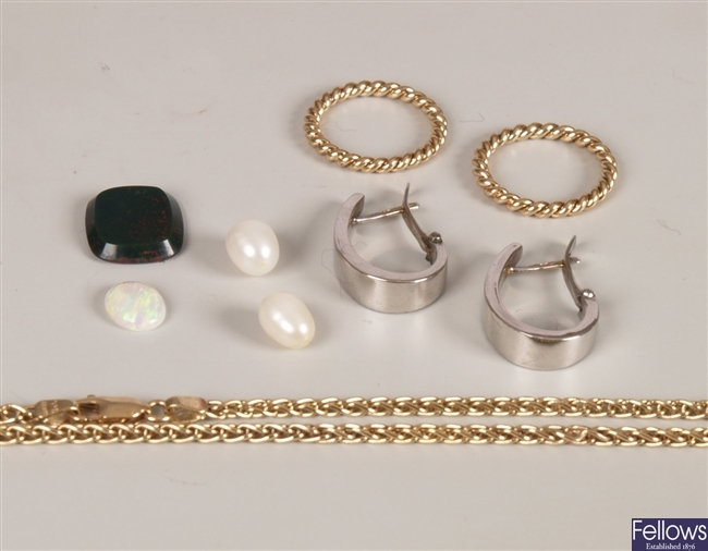 A small collection of items to include a 9ct gold