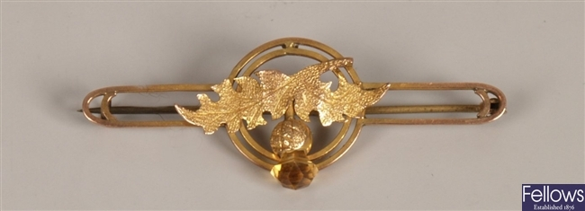 9ct gold bar brooch with a central floral design