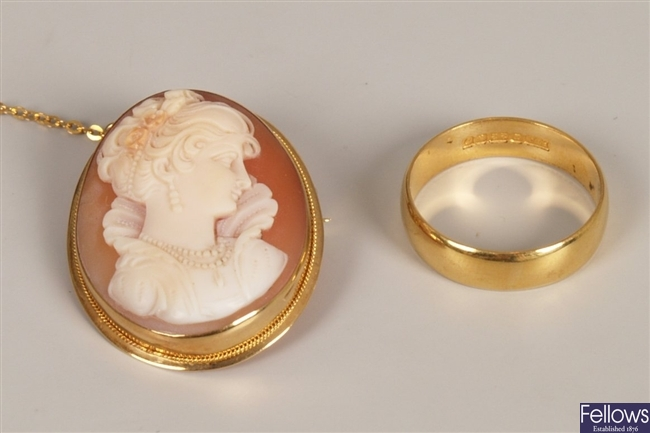 Two items of jewellery to include an 18ct gold