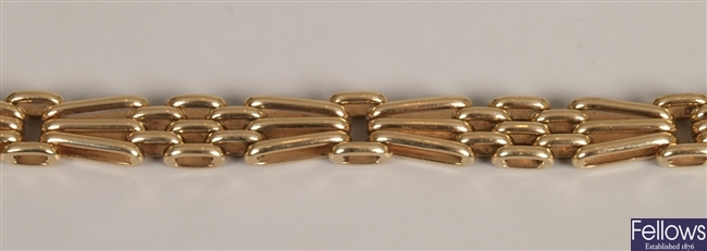 9ct yellow gold three bar 'fan' gate bracelet