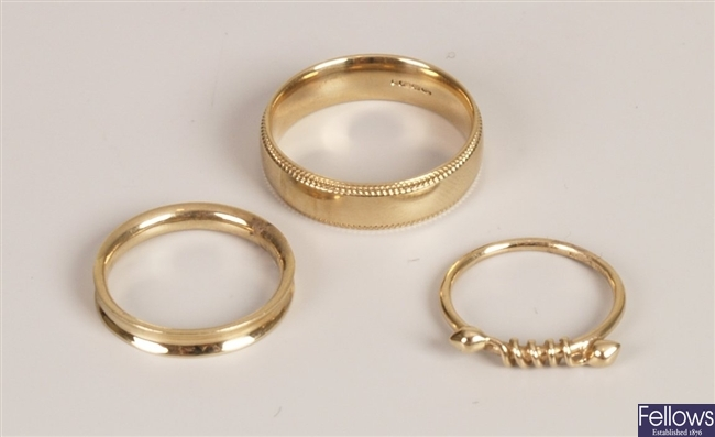 Three 9ct gold rings, to include a band ring with