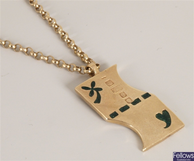 9ct gold pendant, in an abstract rectangular