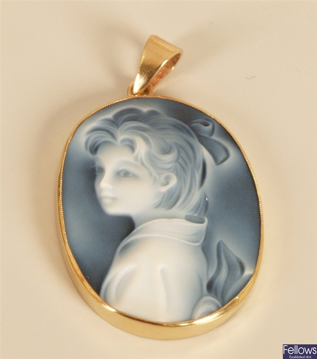 9ct gold oval hard stone laser cameo pendant, the