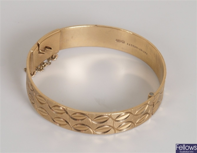 9ct gold hinged bangle, with textured and