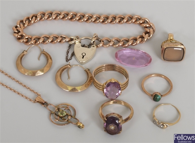 A small quantity of eight items of jewellery to