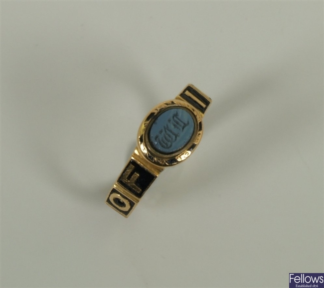 Victorian 18ct gold mourning ring with a central