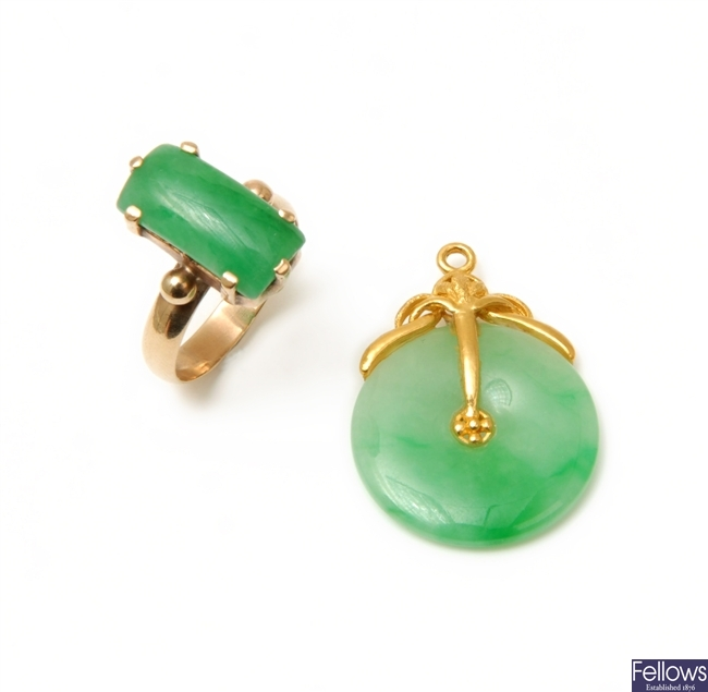 Two items of jewelery to include a 9ct gold ring
